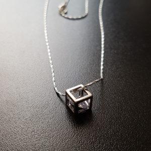 Strieborná retiazka s priesvitnym kryštálom v kocke