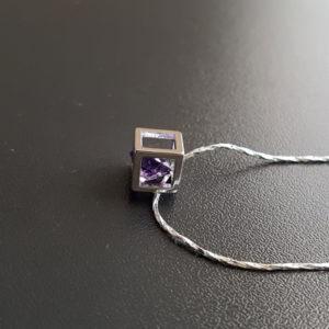 Strieborná retiazka s fialovým kryštálom v kocke