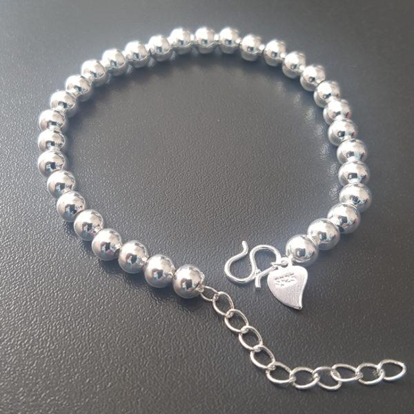 Náramok so striebornými perličkami