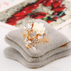 Párty prsteň s kryštálmi a ružou - biely