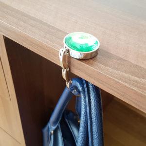 Zelený hák na zavesenie kabelky