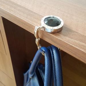 Čierny hák s kryštálikmi na zavesenie kabelky