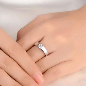 Stireborný prsteň so vsadeným zirkónom