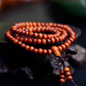 Náramok s oranžovými drevenými korálkami a príveskom