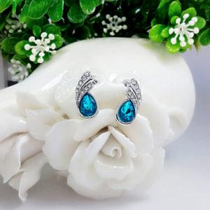 Náušnice s bledomodrým kryštálom v tvare slzy