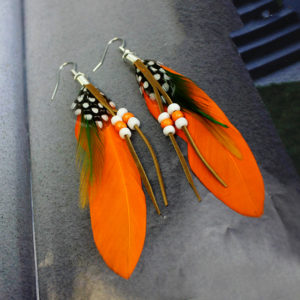 Pierkové oranžové náušnice s korálkami