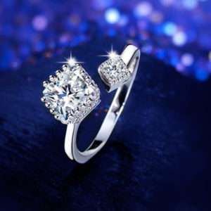 Strieborný prsteň s dvoma zirkónmi