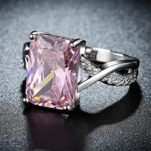 Pozlátený prsteň s ružovým obdĺžnikovým zirkónom
