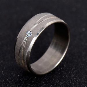 Ocelový prsteň s kryštálom