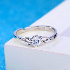 Prsteň s prepletaným vzorom a zirkónom