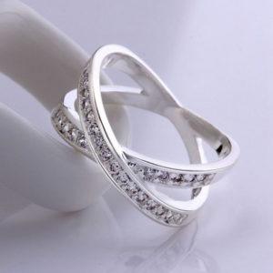 Strieborný prepletaný prsteň s kryštálikmi