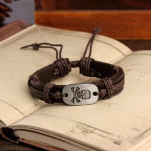 Hnedý kožený náramok s pirátskou lebkou