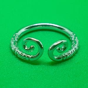 Strieborný prsteň so zatočenými koncami