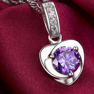 Strieborný prívesok v tvare srdca s fialovým zirkónom