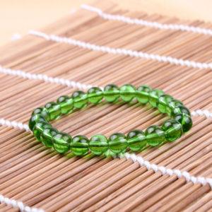 Náramok s priesvitnymi zelenými korálkami