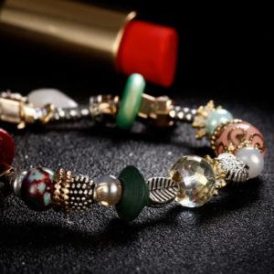 Náramok s rôznymi farebnými ozdobami na gumičke