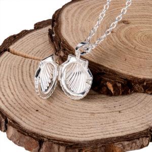 Strieborná retiazka s amuletom v tvare mušle