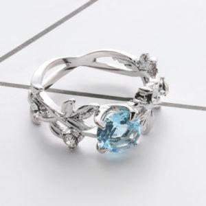 Prsteň s kvetovým vzorom a modrým kryštálom