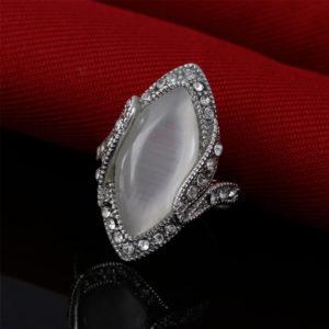 Elegantný prsteň s veľkým bielym opálom