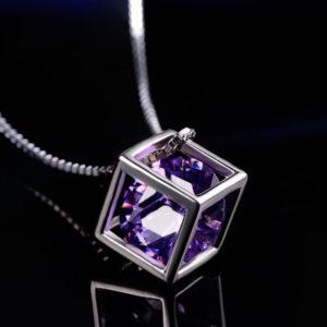 Prívesok kocka s fialovým kryštálom