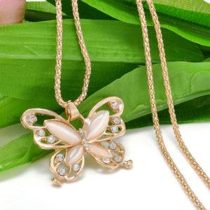 Elegantná retiazka s opálovým motýľom
