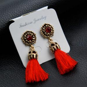 Strapcové červené náušnice so starožitnou ozdobou