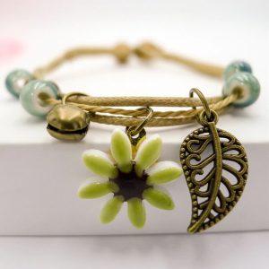 Náramok so zelenými korálkami a žltým kvetom