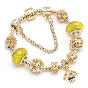 Zlatý náramok s ozdobami a včeličkou
