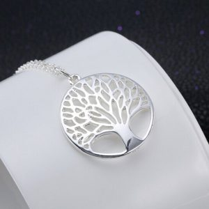 Elegantná retiazka s príveskom stromom v kruhu