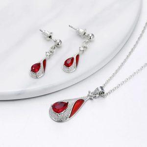 Elegantný červený set náušníc a retiazky s príveskom