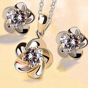 Elegantný set náušníc a retiazky s príveskom v tvare kvetu so zirkónom