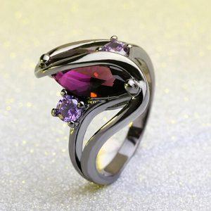 Elegantný čierny prsteň z ocele a s fialovými zirkónmi
