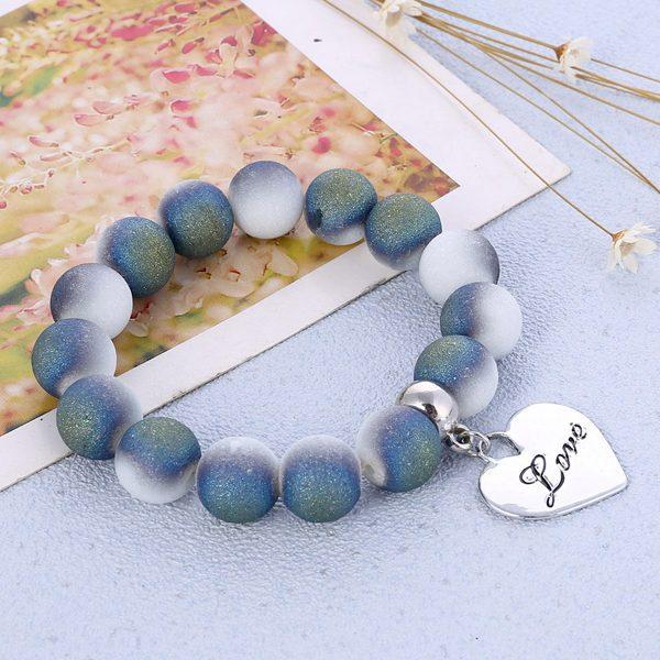 Elegantný modrobiely korálkový náramok s veľkým srdiečkom