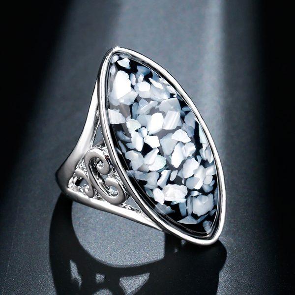 Elegantný oválny prsteň s drobnými kamienkami