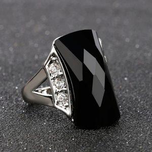Elegantný prsteň s veľkým čiernym kameňom