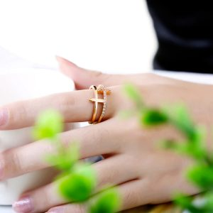 Dvojitý prsteň s krížikmi a kryštálmi v zlatej farbe