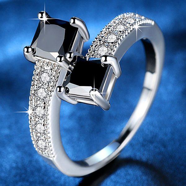 Luxusný prsteň s dvoma čiernymi kubickými zirkónmi