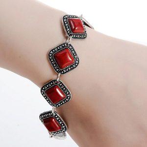 Bohémsky náramok s červeným kameňom