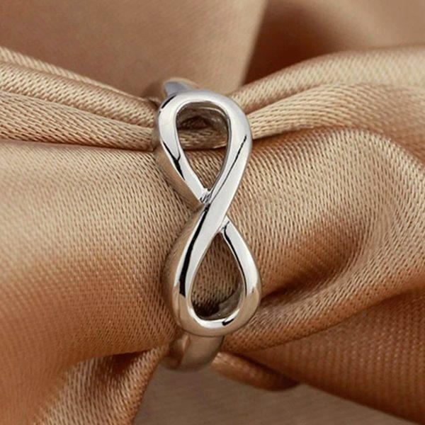 Strieborný prsteň s osmičkou