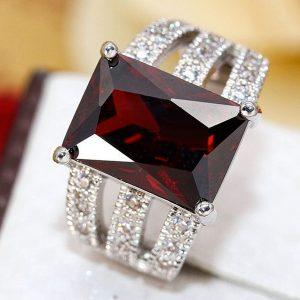 Elegantný prsteň s veľkým červeným kryštálom