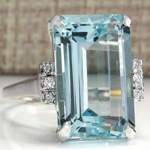 Prsteň s veľkým kryštálom v bledomodrej farbe