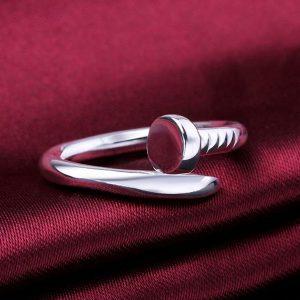 Prsteň v tvare zakrúteného klinca