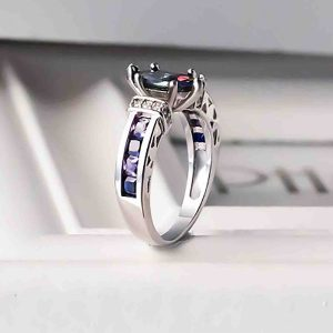 Elegantný prsteň s fialovými kryštálmi