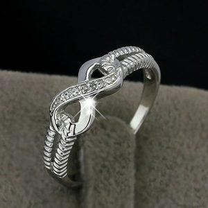 Strieborný prsteň s osmičkou a kryštálikmi veľ. 9