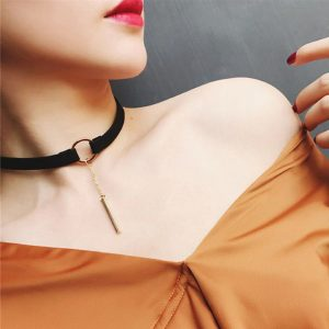 Čierny choker náhrdelník so zlatým krúžkom a retiazkou