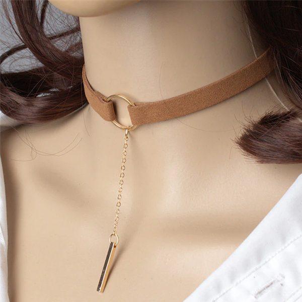 Hnedý choker náhrdelník so zlatým krúžkom a retiazkou
