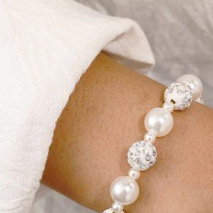Náramok s bielymi perlami a shamballa korálkami